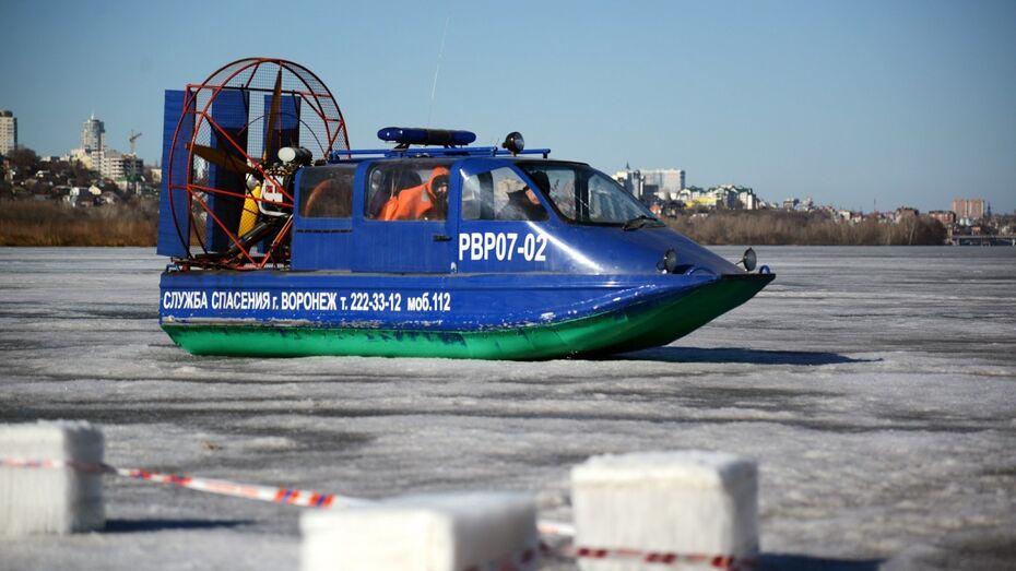 Рыбаки на лодке попали в ледяной плен посреди воронежского водохранилища