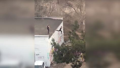 Прыжки детей с крыши рядом со школой сняли на видео в Воронеже