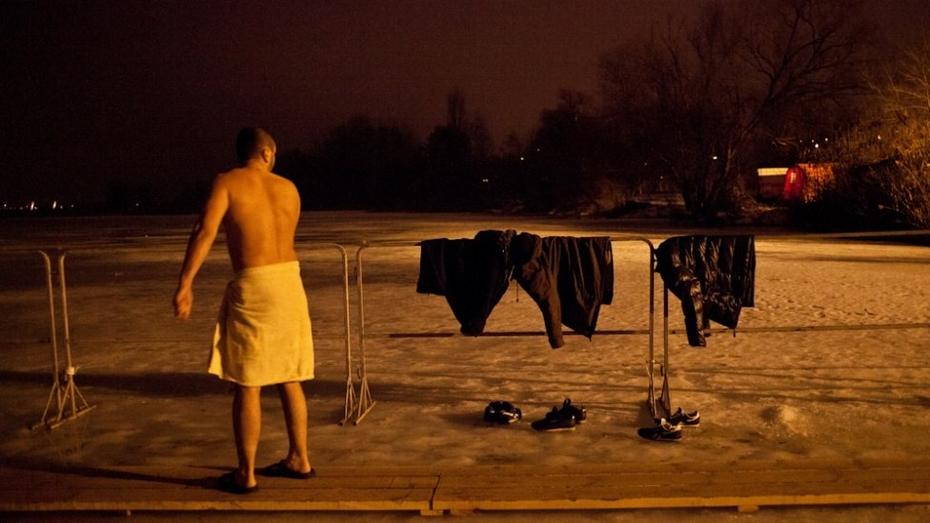 Предприимчивые воронежцы установили мобильную баню на крещенских купаниях в Боровом