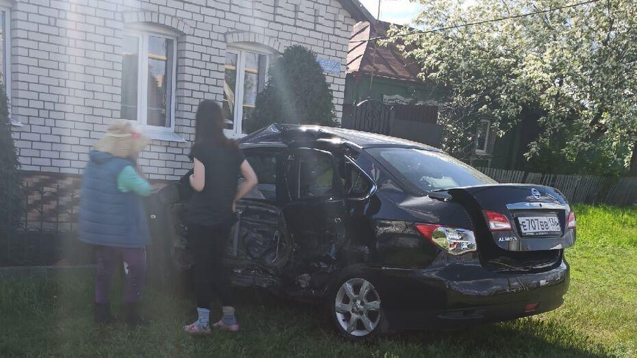 Nissan врезался в частный дом после столкновения с Toyota в Воронеже