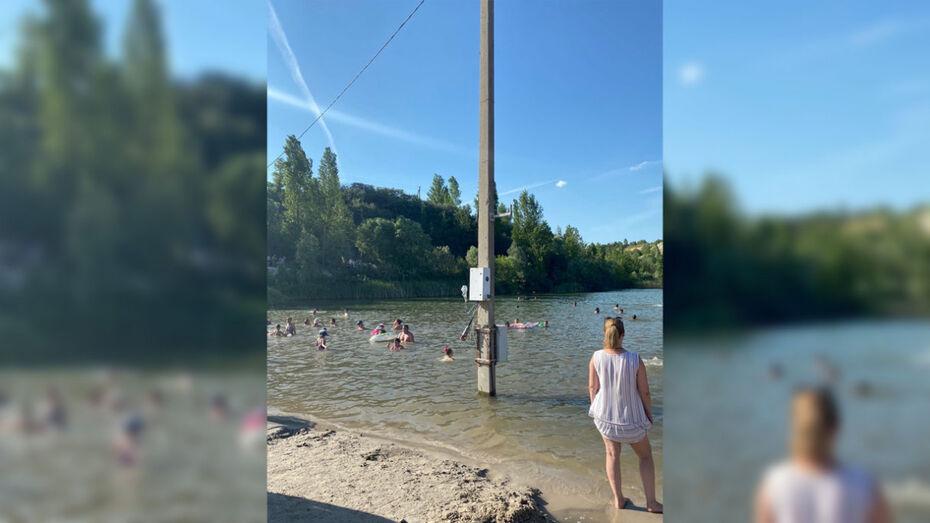 В спорткомплексе под Воронежем отдыхающие устроили массовое купание у опоры ЛЭП