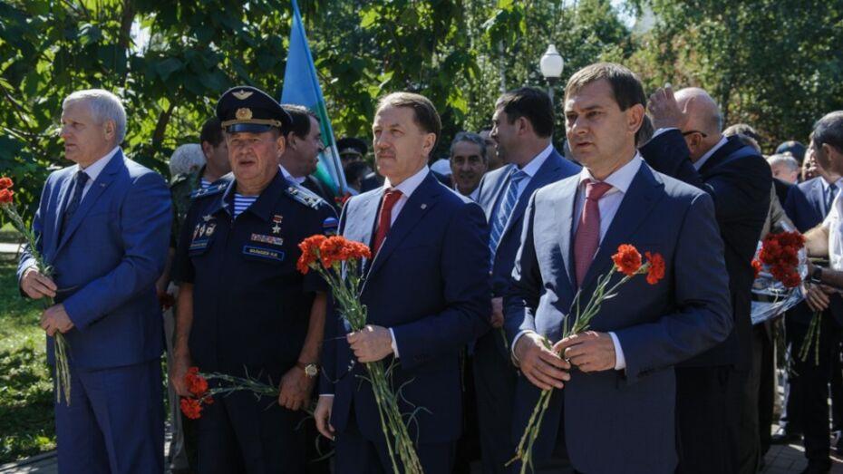 Губернатор возложил цветы к памятнику «Воронеж – родина ВДВ»
