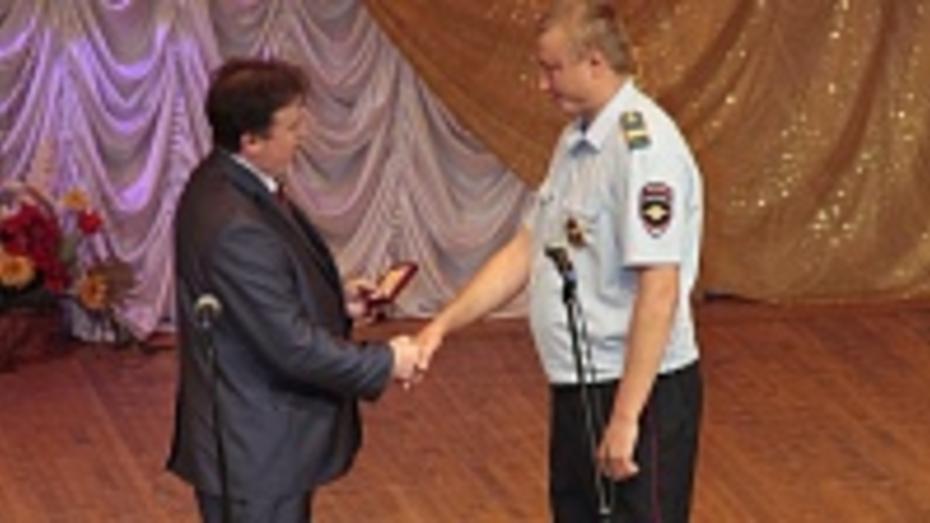 Подгоренский милиционер награжден медалью за спасение мужчины, упавшего в колодец
