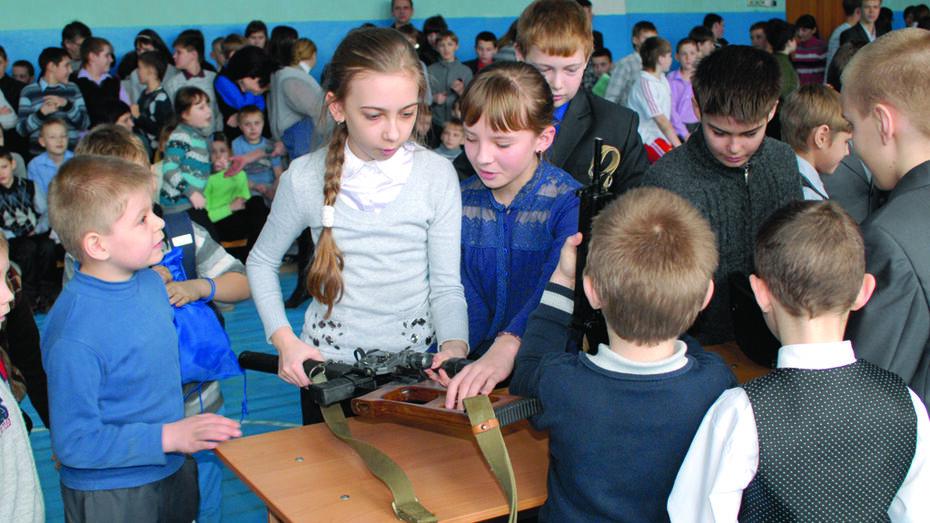 Сотрудники спецслужб привезли в калачеевскую школу оружие и наркотики