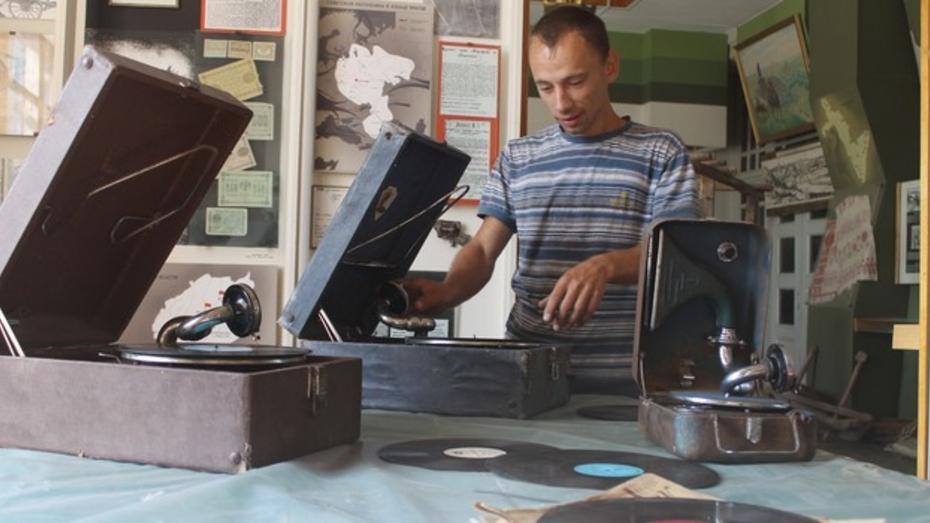Библиотекарь из Петропавловского района ремонтирует старинные патефоны