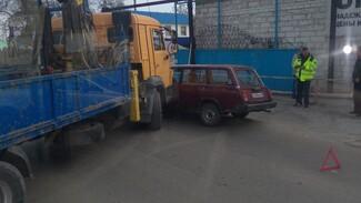Автокран и «четверка» парализовали путь в микрорайон Масловка в Воронеже