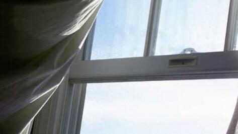 В Воронеже полуторагодовалая девочка выпала из окна на глазах у бабушки