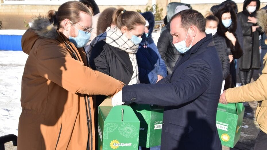 Врачи Кантемировской больницы получили чайные наборы
