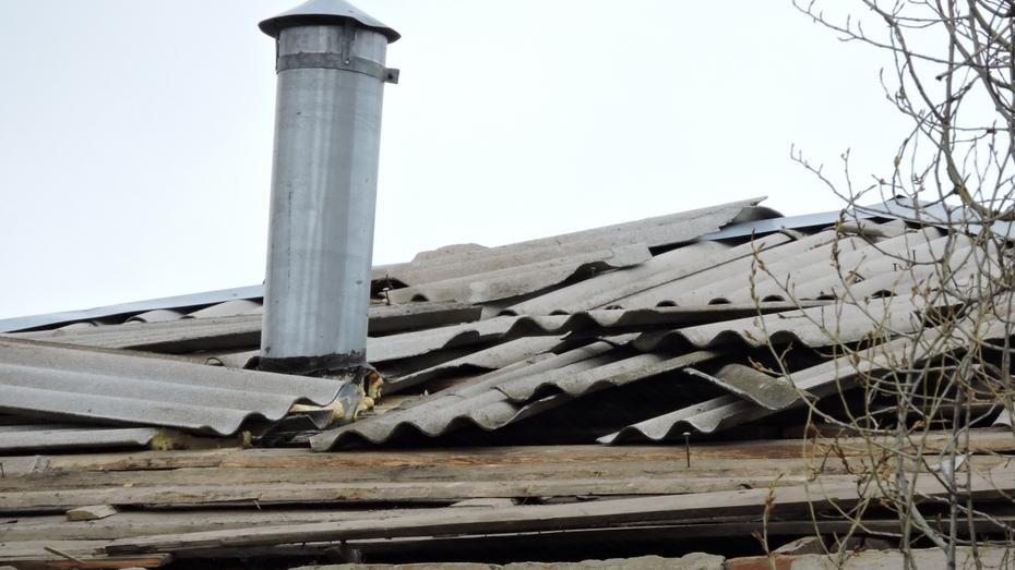 В Воронежской области сильный ветер сорвал крышу дома