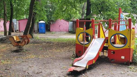 В центре Воронежа туалет для строителей поставили у детской площадки