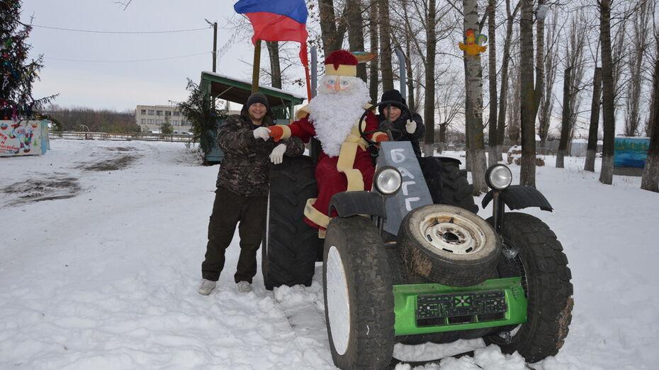Эртильские умельцы сделали из шин трактор для Деда Мороза