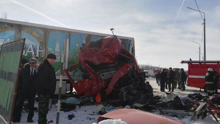 Воронежские следователи начали проверку после лобового столкновения автобуса и грузовика