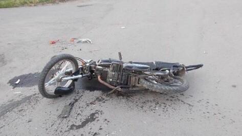 Двое подростков на мопеде врезались в маршрутку в Воронеже