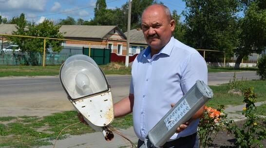В Старомеловатском поселении Петропавловского района заменили светильники на 26 улицах