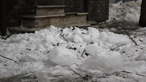 Прокуратура начала проверку после падения глыб льда на  3 воронежцев 22 февраля