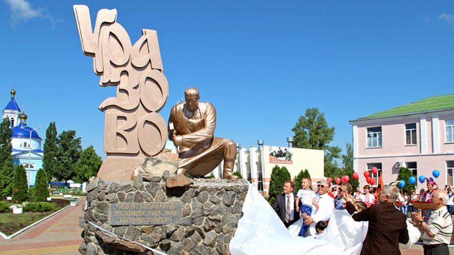 Репьевский скульптор изготовил памятник ремесленникам для Белгородской области