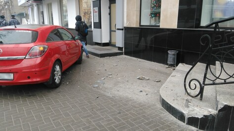 В центре Воронежа Opel вылетел на тротуар