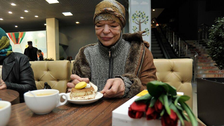 «Заплакала от счастья». Как волонтеры поздравили с 8 Марта бездомных женщин в Воронеже