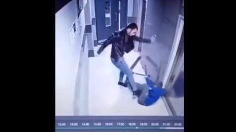 Видео с избиением ребенка в подъезде заинтересовались воронежские следователи