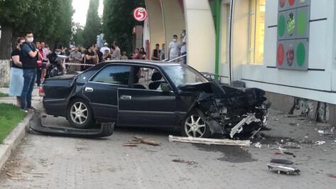 Toyota врезалась в пешеходов на Ленинском проспекте в Воронеже