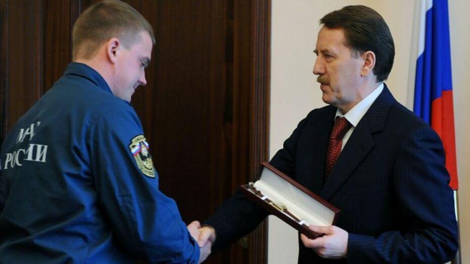 Губернатор наградил лискинских пожарных, спасших 10-летнюю Вику Цыганкову