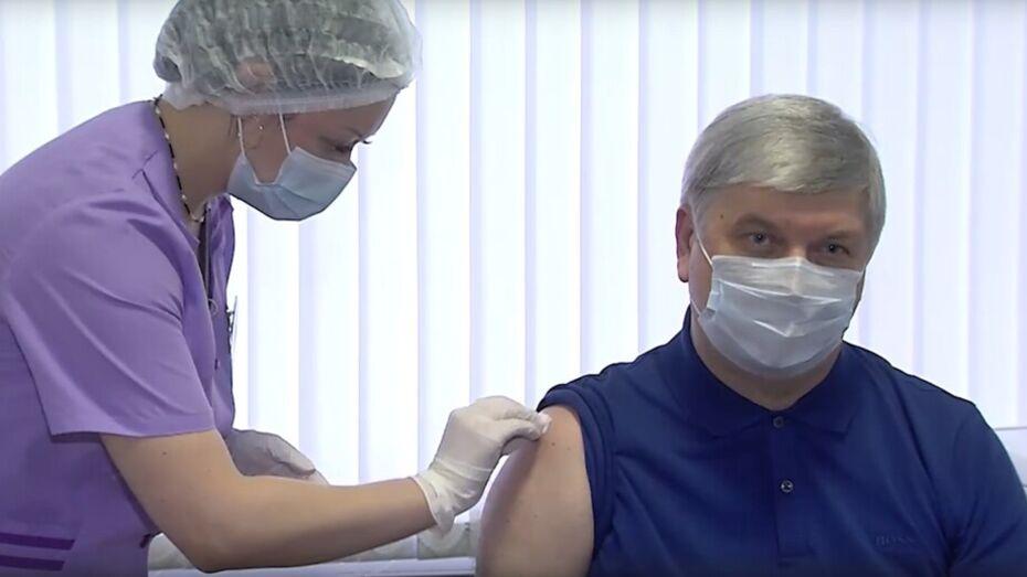 «Прививку делать не страшно». Губернатор Воронежской области вакцинировался от COVID-19