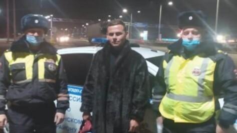 Полицейские помогли автостоперу, замерзавшему на трассе под Воронежем