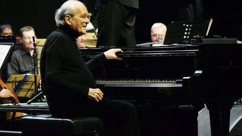 Композитор Мишель Легран сыграл в Воронеже на рояле стоимостью 8 млн рублей