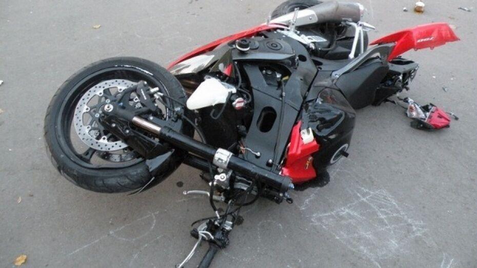 Под Воронежем при столкновении с дорожным грейдером погиб 38-летний мотоциклист
