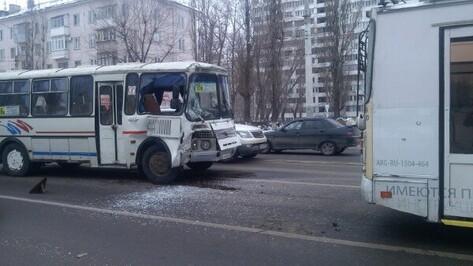 В Воронеже столкнулись пассажирский автобус №16в и троллейбус