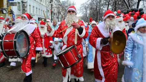 В предновогоднем параде в Воронеже поучаствовали 150 пар Дедов Морозов со Снегурочками