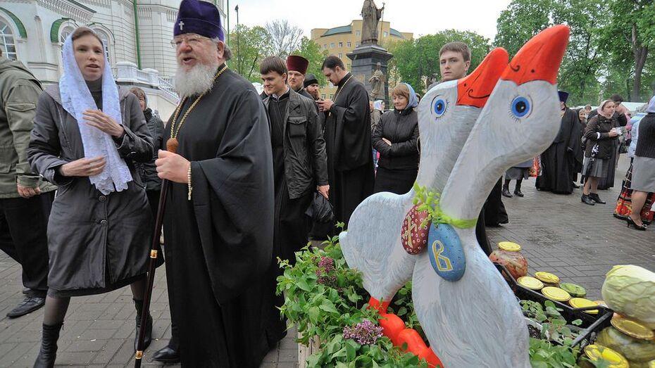 В Воронеже перед Благовещенским собором открылась Пасхальная благотворительная ярмарка