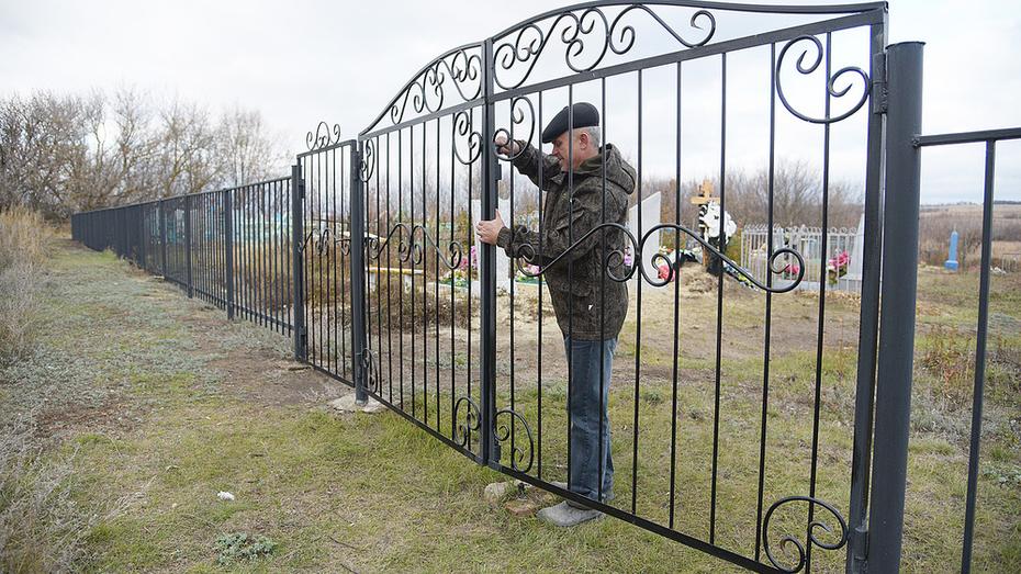 Житель воронежского села безвозмездно соорудил ворота для старинного кладбища