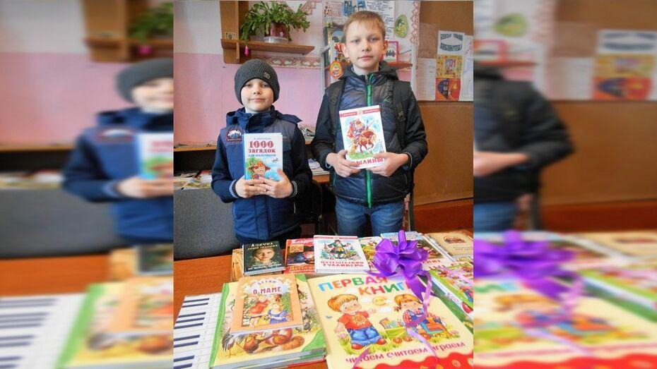 Двое каширских школьников подарили книги сельской библиотеке