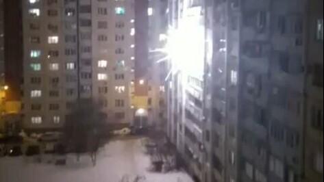 В Воронеже фейерверк выстрелил у окна многоэтажки: видео появилось в сети