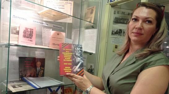 Московский краевед подарил сельской школе Подгоренского района книгу о танковой бригаде