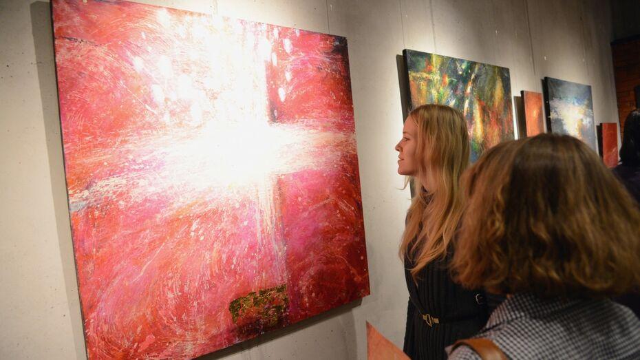 Московская художница представила в Воронеже абстрактную «Двенадцатую ночь»