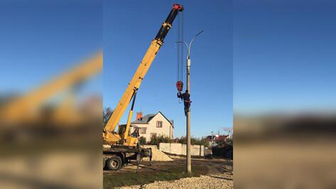 В Ленинском районе Воронежа начали монтаж светильников на лыжероллерной трассе
