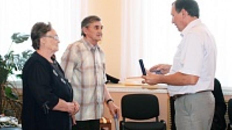 В Хохольском районе супружеской паре вручили медаль «За любовь и верность»