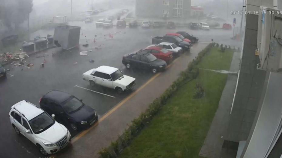 В Воронеже ураган снес мусорный бак на припаркованные машины