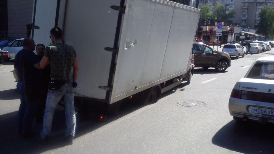В центре Воронежа под «Газелью» провалился асфальт