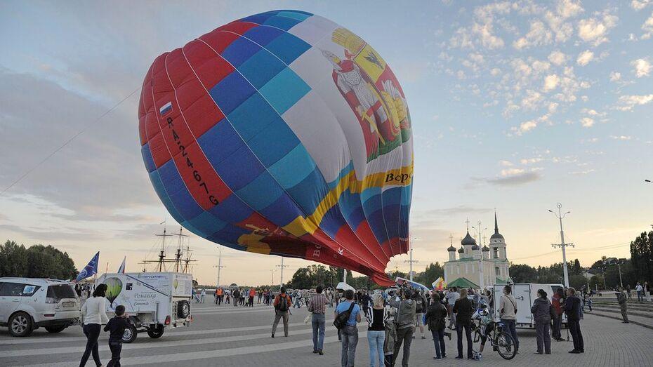 Сильный ветер помешал запустить в небо Воронежа 10 воздушных шаров