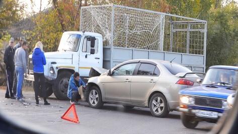 В Семилуках грузовик протаранил легковой автомобиль