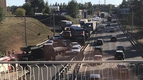Попавшая в ДТП военная колонна собрала пробку на улице 9 Января в Воронеже