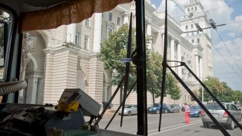 В Воронеже 2 пассажира троллейбуса пострадали при резком торможении транспорта