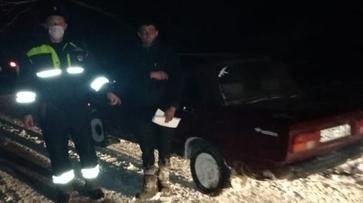 ВАЗ вылетел в кювет и застрял в снегу в Воронежской области