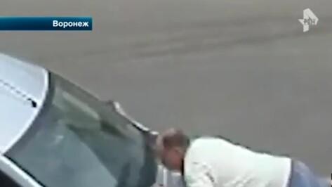 Разборка охранников магазина и автомобилиста в Воронеже попала на видео