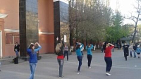 Воронежские библиотекари станцевали в честь книги у Дома офицеров
