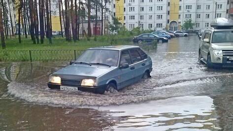 В Воронеже после ливня люди вынуждены плавать на своих автомобилях