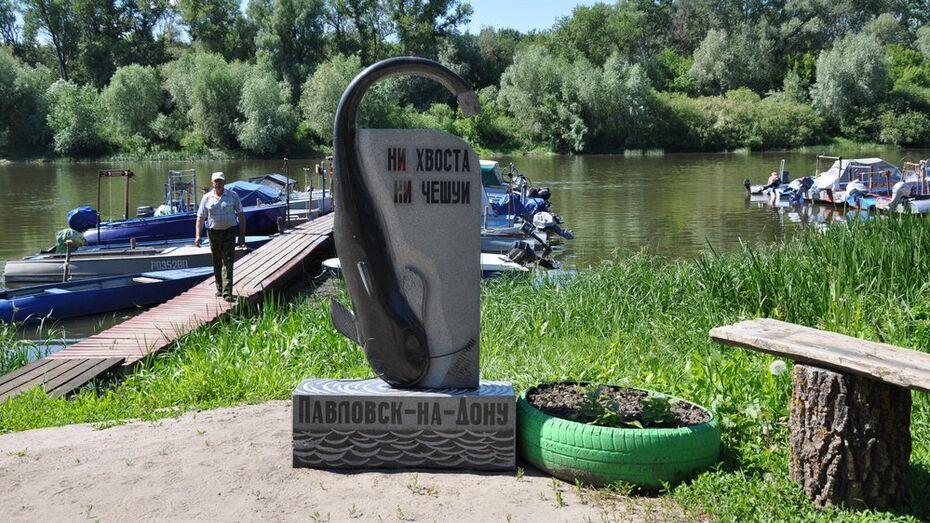 В Павловске на берегу Дона установили памятник сому
